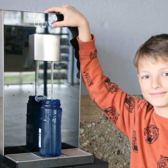 Kreis der Freunde des Otto-Hahn-Gymnasiums stiftet Wasserspender für die Schule